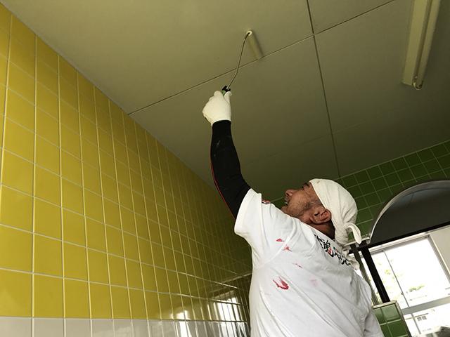 トイレの内部は、子供達がもし汚して臭いが出たとしても抗菌性能で消臭力でアンモニア臭などの元になる菌の活動を制御します。